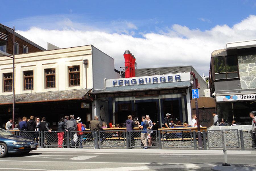 Không chỉ biết đến như kinh đô của những trò mạo hiểm, Queenstown còn là nơi ra đời của những chiếc hamburger ngon nhất thế giới.