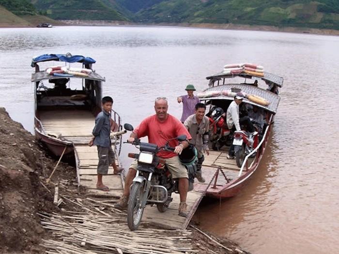 Đi thuyền qua sông