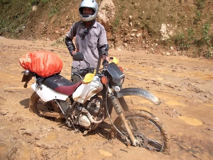 Xe của đồng đội bị mắc kẹt trong bùn