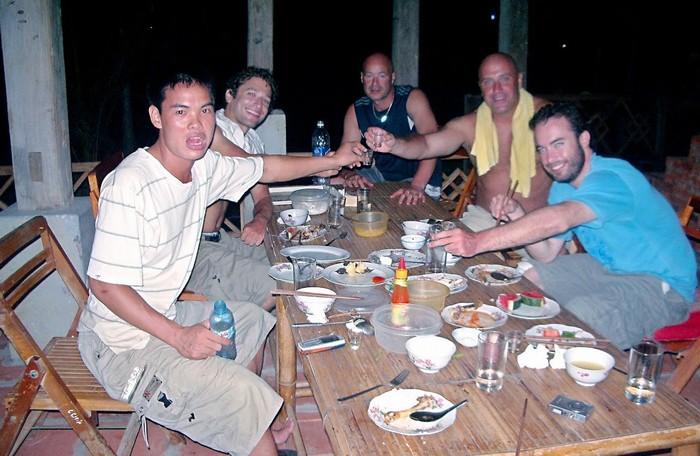 Sinh nhật của Jonathan trong chuyến đi ăn mừng với rượu gạo