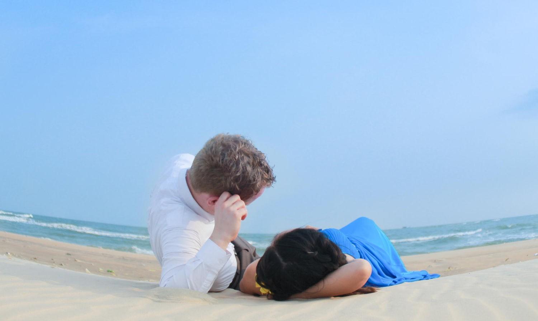 Nằm trên bờ cát mịn, nghe sóng ru êm đềm