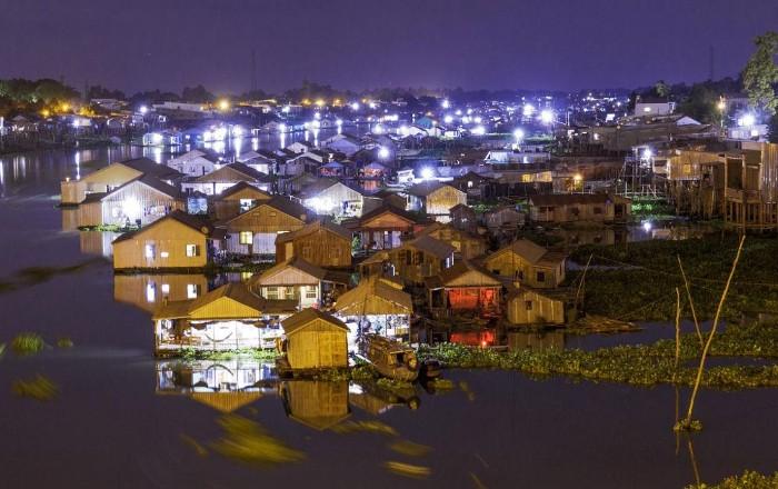 Làng nổi Châu Đốc về đêm - Ảnh: Tran Truong