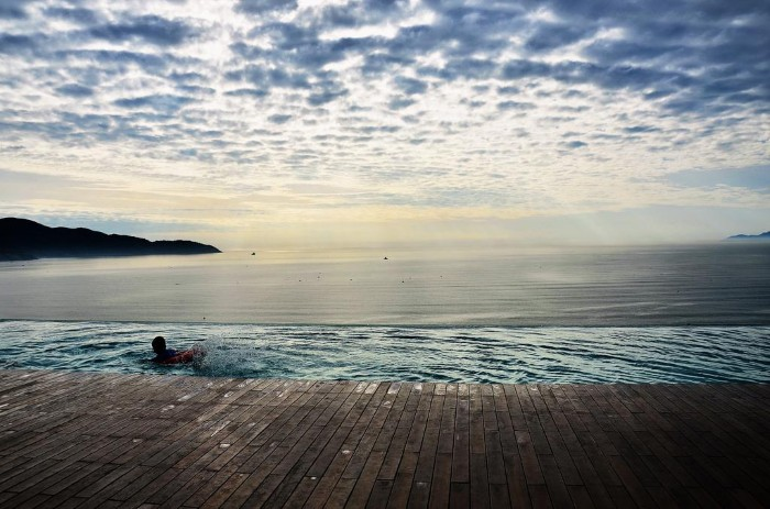 Hồ bơi tràn biển cực hot tại Đà Nẵng - Ảnh: Le Ngoc Long