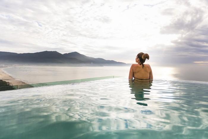 Cảm giác lơ lững giữa biển trời với hồ bơi của À La Carte - Ảnh: Vietnam Buffalo Tour