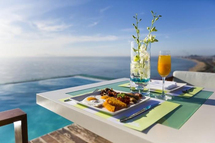 Có gì bằng khi được thưởng thức một ly nước ép mát lạnh cùng một bữa sáng tuyệt vời tại hồ bơi À La Carte - Ảnh: Vietnam Buffalo Tour