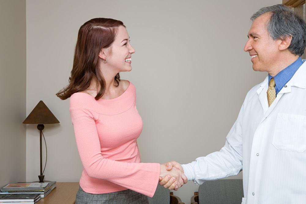 Thảo luận với bác sĩ về sức khỏe ông bà, cha mẹ trước chuyến đi là một điều cần thiết cho một chuyến du lịch an toàn