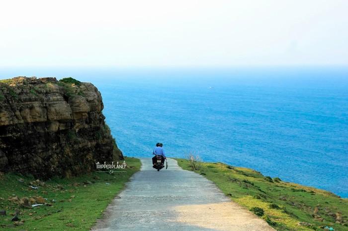 Đường ra bãi biển Lý Sơn
