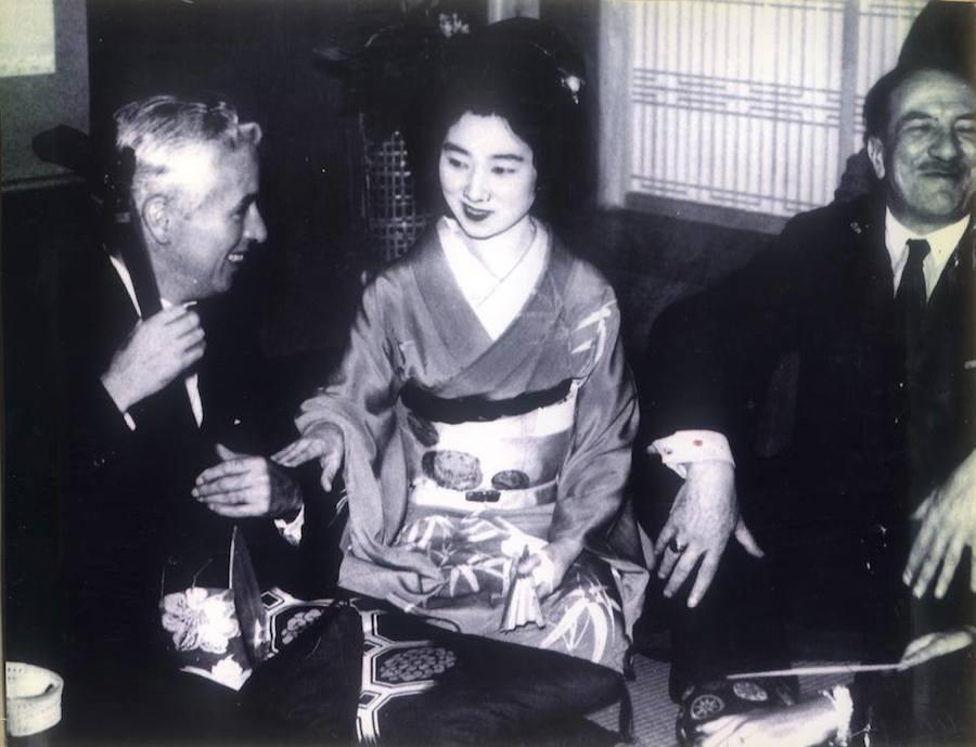 Bên cạnh đó, Kacyo còn có riêng một phòng lớn dành để đón tiếp những vị khách quý nước ngoài. Hình ảnh của những nhân vật lịch sử vĩ đại như Charlie Chaplin, Walt Disney và các ngôi sao tên tuổi khác hiện vẫn treo trên tường của Kacyo Ginza.
