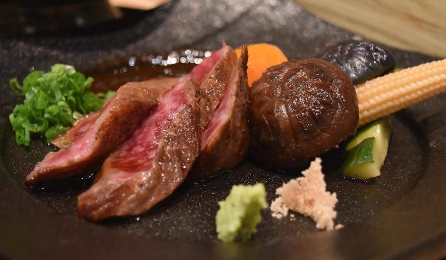 Wagyu (bò Nhật Bản) là loại thịt bò cực phẩm của đất nước hoa anh đào (class A5). Điểm đặc trưng nhất của thịt bò này là phần mỡ trắng (sashi) nằm xen kẽ giữa các lớp thịt đỏ, giúp miếng thịt luôn thơm ngon béo ngậy.