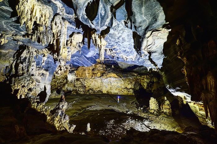 Chiều cao trung bình của hang khoảng 30 mét, rộng khoảng 60 mét, có những nơi trần hang cao đến 80 mét.