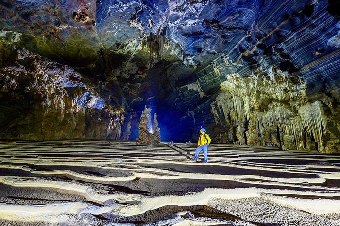 Hang có nhiều măng đá và nhũ đá quanh vách.Cửa hang Tiên 2 khá nhỏ nên tại đây luôn có luồng gió lạnh thổi cấp 4-5, khi vào bên trong thì vòm hang mở rộng ra.