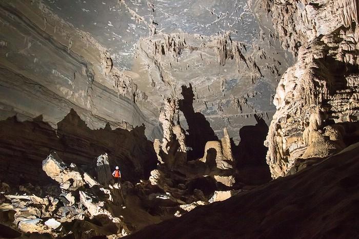 Hang Tiên 2 dạng hình ống, trần hang có nhiều vân đá, tầng đá có màu khác nhau.