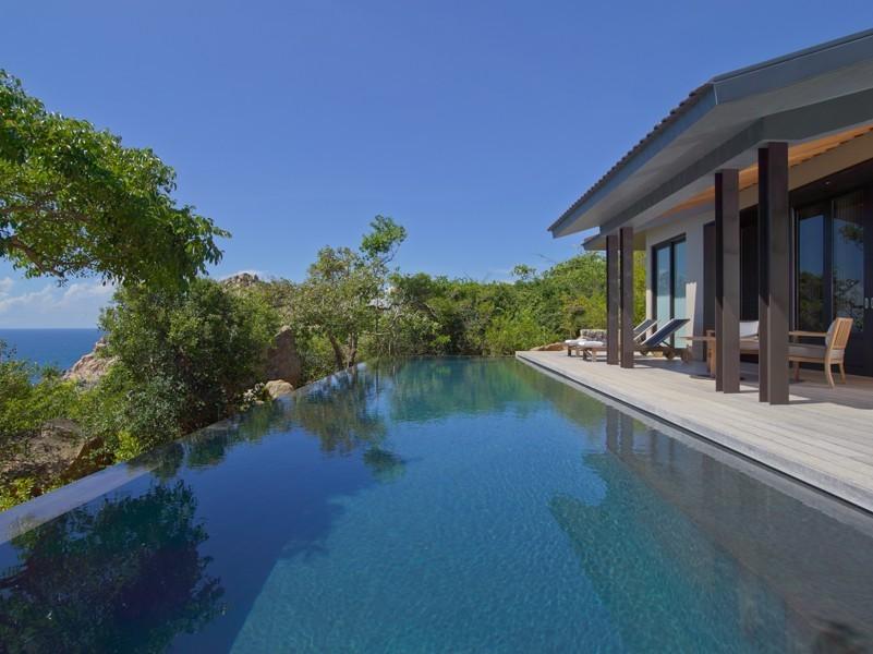 Bể bơi cao cấp với view vịnh Vĩnh Hy
