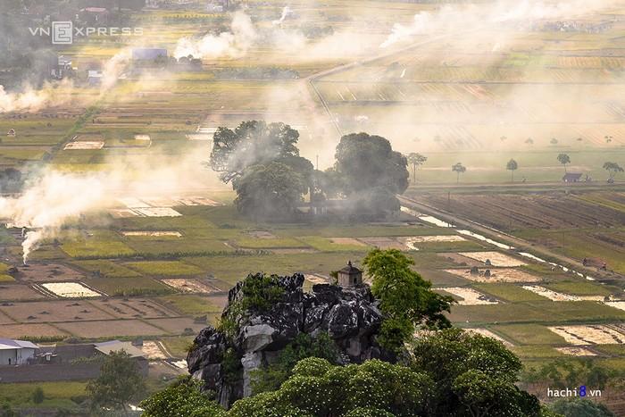 Cái nắng oi bức của mùa hạ quyện tan cùng những làn khói trắng. Mùa vụ gặt luôn mang lại những cảm xúc khó tả cho người xa quê, gợi lại ký ức của ngày ấu thơ.