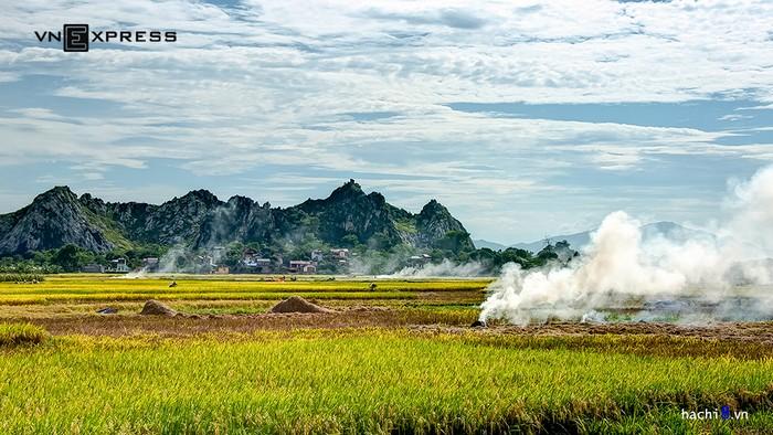Để tới đây từ trung tâm Hà Nội, bạn đi đường quốc lộ 6 khoảng 20 km. Từ xa đã có thể thấy những khối núi sừng sững nổi bật trên nền lúa chín vàng.