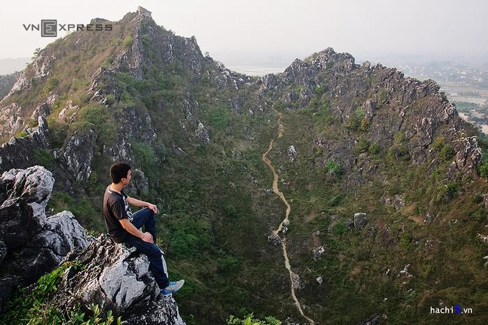 Núi Trầm là khối núi đá vôi được tạo thành từ chín đỉnh nhỏ. Chọn bất kỳ đỉnh nào bạn cũng có thể thỏa sức phóng tầm mắt ngắm những đồng lúa mênh mông xung quanh.