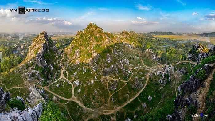 Núi Trầm còn kỳ vĩ với những lối mòn chằng chịt quanh các dốc đá vôi. Địa hình đặc biệt khiến núi Trầm giống như một cao nguyên đá nằm ở Hà Nội. Những lối mòn này do người dân, du khách đi nhiều mà thành, nhìn từ trên cao chúng tạo thành một bức tranh kỳ thú.
