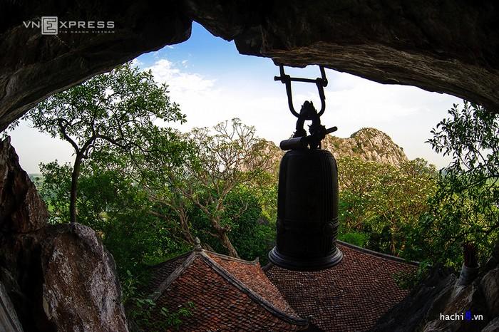 Chùa Trầm là một quần thể danh lam nằm quanh chân núi. Đó là: chùa Trầm, chùa Hang và chùa Vô Vi. Chùa và núi hòa quyện với nhau, tạo nên khung cảnh rất hợp phong thủy, mang giá trị tâm linh cao.