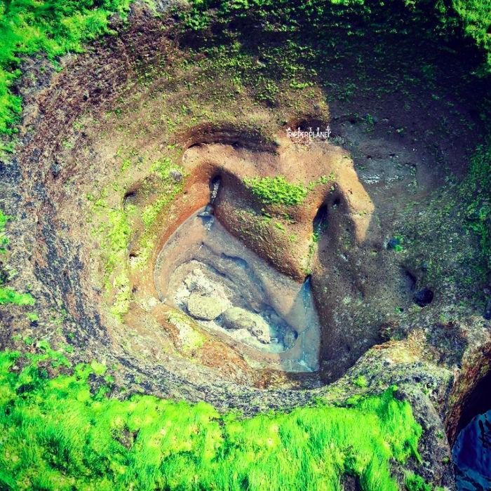 Những khối đá phủ rêu xanh ở Hang Câu