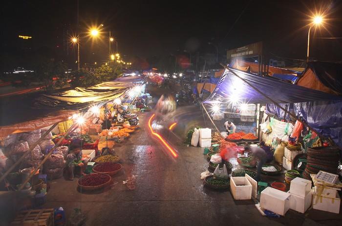 Chợ Long Biên thuộc quận Ba Đình, Hà Nội, nằm dưới gầm cầu Long Biên, phía sau đường Trần Nhật Duật. Trên diện tích 27.148m2, chợ bán đủ các mặt hàng và được chia thành từng khu riêng biệt như: thủy sản; thực phẩm gia súc, gia cầm; rau củ; hoa quả….