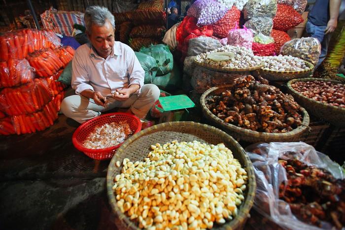 Chợ đầu mối Long Biên hội tụ hàng nông sản từ khắp nơi trong cả nước. Các gian hàng bán buôn và bán lẻ với số lượng lớn.