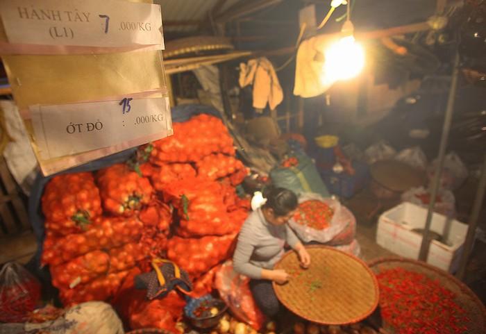 Một gian hàng bán ớt nổi bật trong khu hàng rau củ.