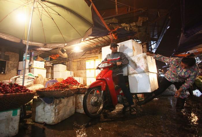 Lái buôn từ các tỉnh lân cận như Vĩnh Phúc, Bắc Giang, Bắc Ninh,...có mặt từ sớm để thu mua nông sản. Thời điểm buôn bán nhộn nhịp nhất là từ 0h đến 2h sáng.