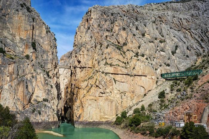 Caminito del Rey nằm trên vách đá dựng đứng ở El Chorro, gần Alorra, thuộc tỉnh Malaga, Tây Ban Nha. Con đường này đến nay đã hơn 100 tuổi và nằm ở độ cao 100 m so với mặt đất.
