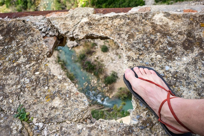 Caminito del Rey luôn nằm trong tình trạng nguy hiểm với chiều rộng chỉ vào khoảng một mét, nằm chênh vênh trên vách đá với nhiều phần đã đổ sập. Thế nhưng, điều này không ngăn được những vị khách ưa mạo hiểm và thích chinh phục.