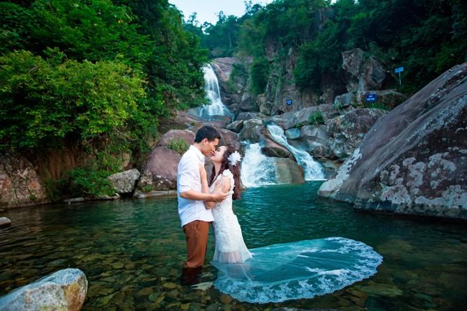 Giữa núi rừng và thác nước cuộn chảy