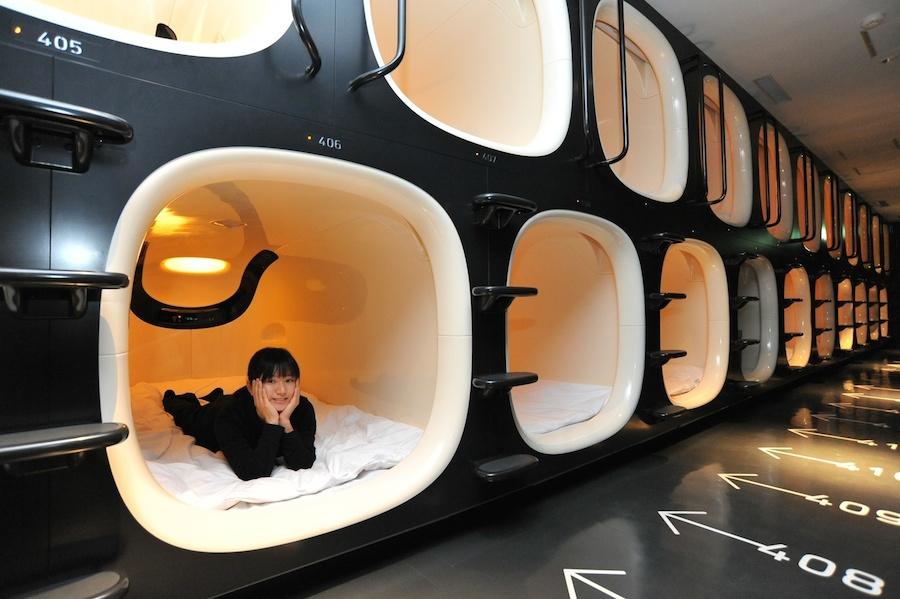 Ý tưởng khách sạn con nhộng ra đời vào năm 1970 nhưng đến 1979, khách sạn đầu tiên mới mở cửa tại Osaka.