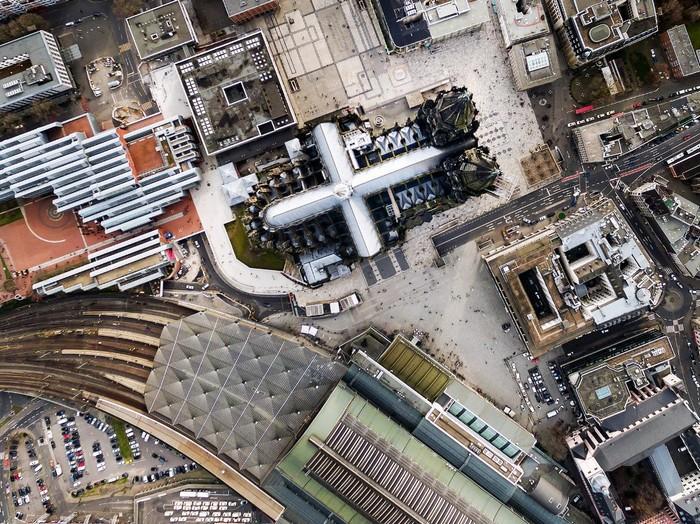 Nhà thờ Cologne nhìn từ trên cao trông như một dấu thập khổng lồ. Nhà thờ được xây dựng theo phong cách Gothic lớn thứ 3 thế giới, và được UNESCO công nhận là di sản thế giới vào năm 1996.