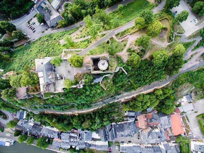 Lâu đài Saarburg ở Rhineland-Palatinate nhìn từ trên cao. Có thông tin cho rằng công trình xây dựng từ năm 964 và hiện là một trong những lâu đài cổ nhất nước Đức.