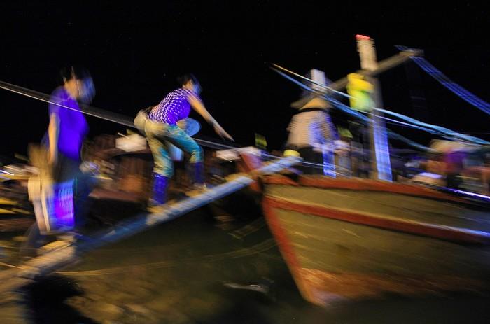 Hàng hóa trong chợ được trung chuyển đi khắp nơi như Bắc Ninh, Bắc Giang, Lạng Sơn, Hà Nam, Hà Nội...nên ngay từ mờ sáng, lái buôn từ khắp nơi nhanh chóng có mặt tại các điểm thu mua, hoặc tiến thẳng lên những con thuyền chở hải sản khi vừa cập bến.