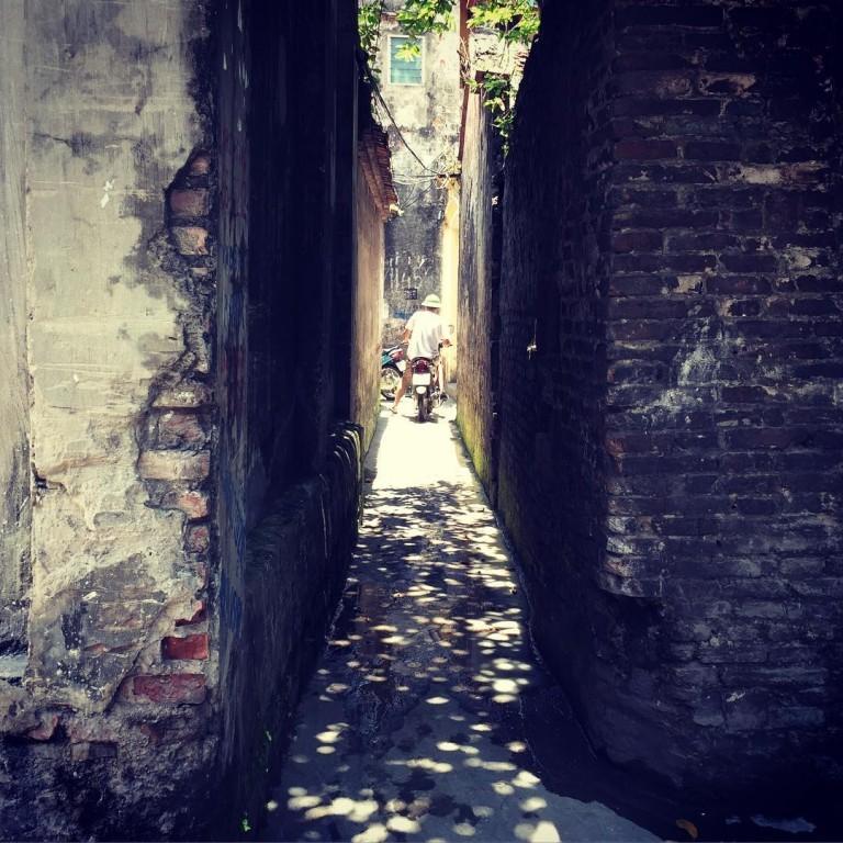 Nào những mảng tường rêu phong cũ kỹ