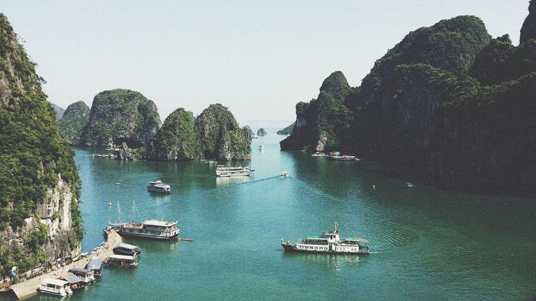 Ngắm cảnh vịnh Hạ Long
