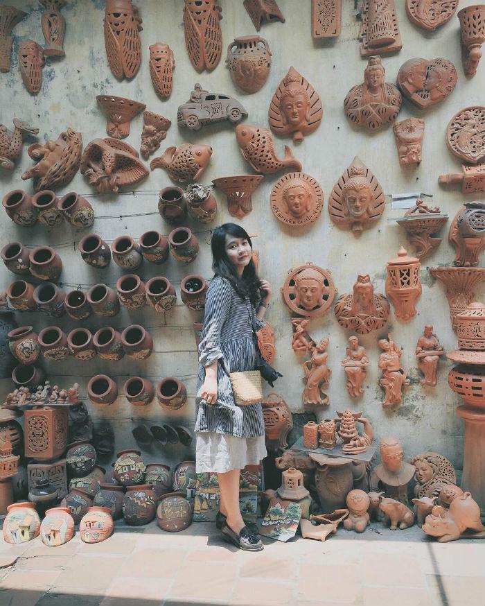 Cùng những mảng tường phủ kín bao món đồ gốm thô dung dị