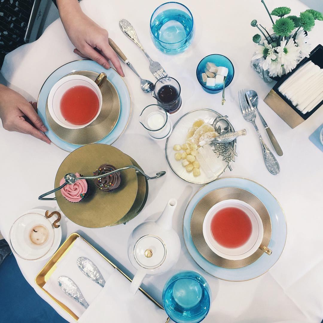 Ngập tràn trà ngon và bánh ngọt