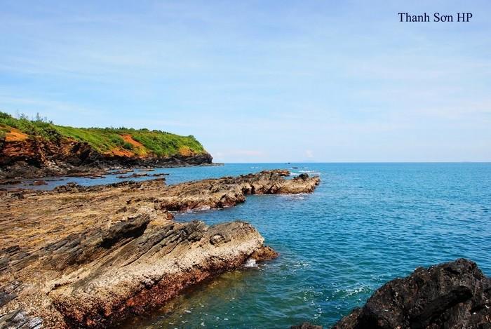 Lắng nghe sóng biển Tam Hải vỗ về bên vách đá