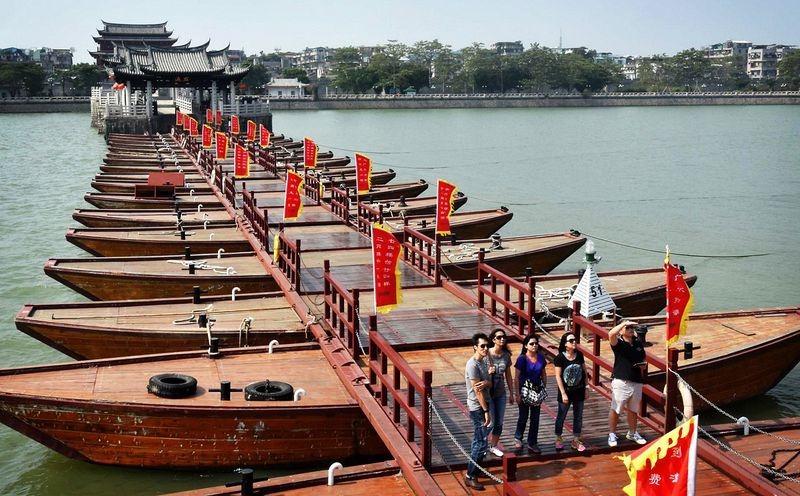 Ngoài việc là cây cầu có từ thời xa xưa, mang ý nghĩa lịch sử, cầu Quảng Tế còn là cây cầu phao đầu tiên trên thế giới có thể mở và đóng.