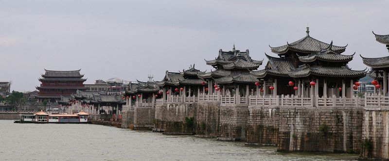 Cầu được khởi công xây dựng từ năm 1170 vào thời Nam Tống và hoàn thành sau 57 năm. Với chiều dài gần 520 mét, cầu có 24 trụ đá chính (mố cầu) được xây thành đình đài lầu các theo kiểu mái cong ở cả hai đầu Đông-Tây và nhịp giữa dài 100 mét đặt trên 18 chiếc thuyền.