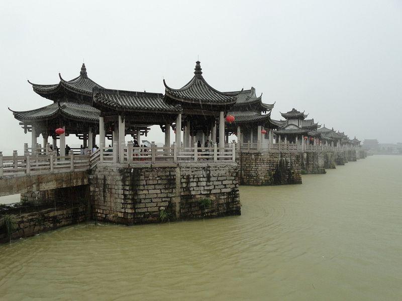 Cấu trúc của cầu rất đặc biệt, vừa là cầu đá, vừa là cầu phao; bao gồm nhiều khối đá granit được kết dính với nhau bằng đinh tán và mộng định hình thành các trụ lớn và nhỏ.