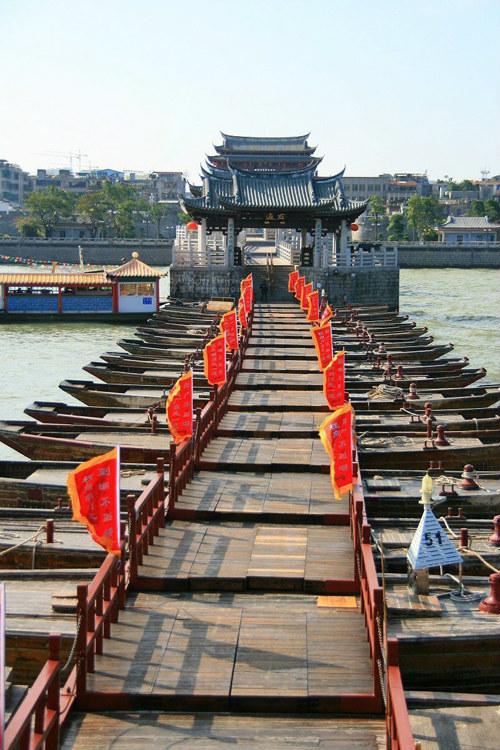 Vào năm 1723, hai con trâu đúc bằng sắt được đặt ở hai đầu cầu, sau này không còn nữa. Đến năm 1980, người ta đã đặt ở đầu cầu hai con trâu sắt mới.