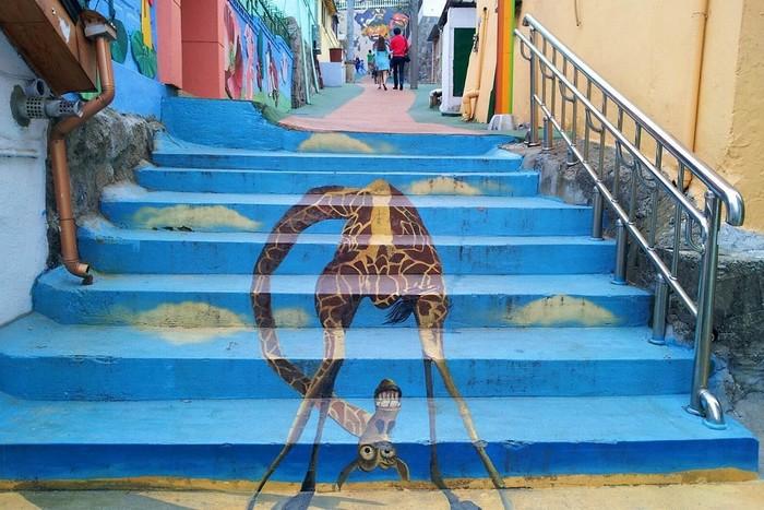 Tại Hàn Quốc, có nhiều ngôi làng mà ở đó, những con đường, bức tường, hàng rào được trang trí bằng vô số tranh graffiti rực rỡ, đầy màu sắc
