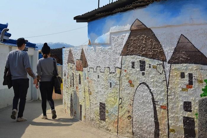 Từ trên đỉnh ngọn đồi nhìn xuống toàn cảnh thành phố Jeonju, ngôi làng cổ Jeonju Jaman cũng là một địa điểm thu hút khách tham quan nhờ những bức tranh tường rực rỡ và triển lãm thú vị.