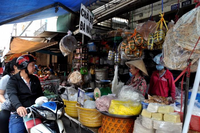 Nằm sâu cuối đường Trần Mai Ninh, quận Tân Bình, chợ Phường 11 hay còn gọi chợ Quảng là nơi bán đầy đủ đặc sản của người miền Trung.