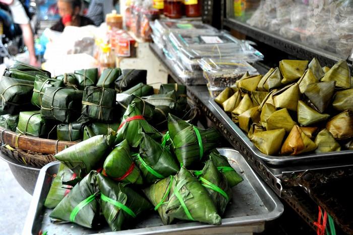 Chợ Phường 11 trước đây được gọi là chợ Bà Hoa. Vào năm 1967, một phụ nữ tên Hoa đã mua mảnh đất trống ở khu vực này và lập chợ cho dân Quảng buôn bán mưu sinh.