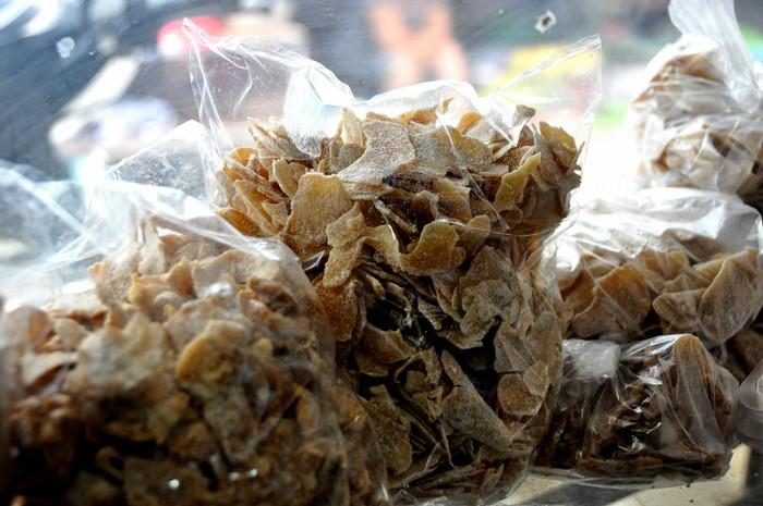 Vào những ngày đầu thành lập, chợ chỉ bày bán các mặt hàng phục vụ ngành may mặc, nhưng thời gian sau đó, do nhu cầu của nhiều người miền Trung sống tại Sài Gòn, các thương lái bắt đầu chuyển hướng sang buôn đặc sản. Mứt gừng miền Trung cay, khô giòn, ít ngọt là sản phẩm được mọi người chọn mua.