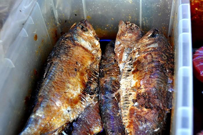 Mắm cá mòi, món ăn ngon cơm cũng được bày bán tại một số quầy, sạp.