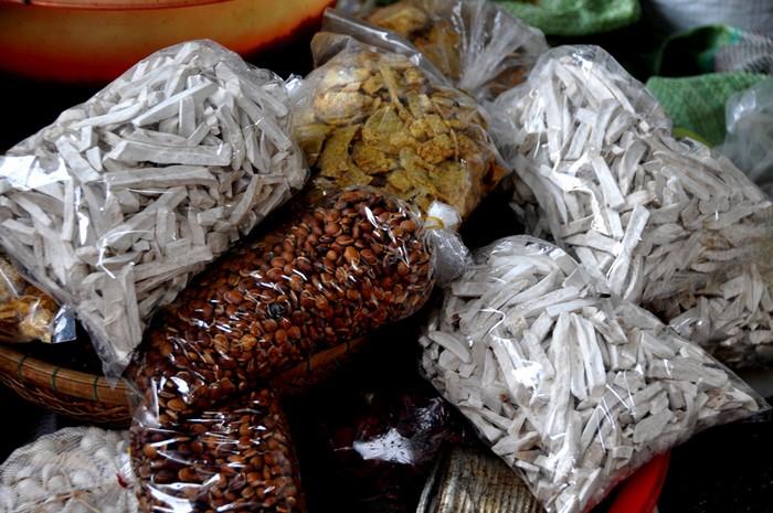 Hạt, củ sấy khô là mặt hàng thường thấy tại các quầy, sạp.